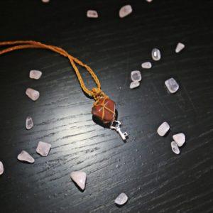 Macrame unikátny červený jaspis s príveskom kľúča. Dĺžka (obvod) náhrdelníka je 66 cm bez zapínania. Handmade slovenský výrobok