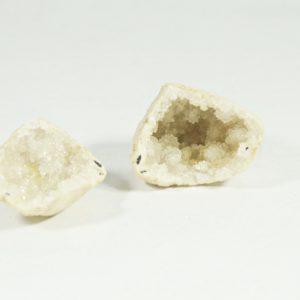 Krištáľová geóda je dutina, ktorá sa skladá z jedného kameňa rozpoleného na dve polovice.