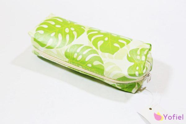 Kozmetická taštička so vzorom – kvet monstera. Vhodná na menšiu kozmetiku do kabelky či na použitie ako peračník.