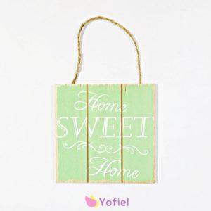 Závesná dekoračná tabuľka s nápisom Home Sweet Home (domov, sladký domov) zelenej farby.