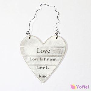 Drevená tabuľka v tvare srdca s nápisom LOVE na stenu. Jemne ošúchaný vzhľad.