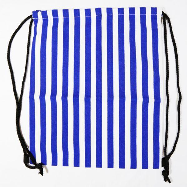 Pruhovaný batoh na sťahovanie šnúrkami. Ľahký, vhodný na každodenné nosenie.