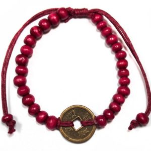 Červený náramok pre šťastie je zároveň ochrancom proti urieknutiu. Zdobí ho čínska minca. Vhodný pre ženy aj mužov.Feng shui