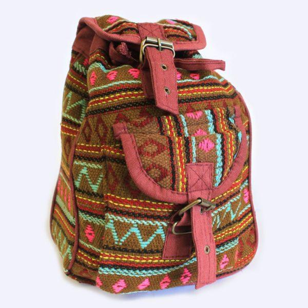 Tradičné a etnické malé nepálske batohy. Viacfarebný dizajn, kvalita a funkčnosť sú hlavným črtom týchto batohov. Batohy sú vybavené dvoma vreckami, jeden vnútorný a druhý vonkajší, tiež majú široké nastaviteľné ramenné popruhy pre ľahké nosenie a sťahovanie na šnúrku. Rozmery: 28x19cm