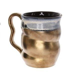 Keramický hrnček Golden Art ti dá neskutočný zážitok pri pití čaju alebo kávy. Ohromí ťa svojím dizajnom, preto ho môžeš použiť aj ako dekoráciu. Výška hrnčeka: 11,3 cm