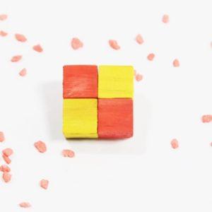 Handmade Brošňa SIMPLE žltá/červená Módna brošňa vyrobená z dreva rozjasní každý outfit. Farebná kombinácia. Handmade produkt vyrobený na Slovensku