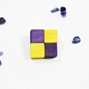 Handmade Brošňa SIMPLE žltá/fialováMódna brošňa vyrobená z dreva rozjasní každý outfit. Kontrastná farebná kombinácia Handmade produkt vyrobený na Slovensku