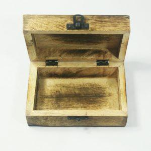 Drevená orientálna krabička s dekoračných plieškom na vrchu Možno ju použiť ako šperkovnicu alebo krabičku na iné drobnosti.