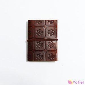 Magický kožený zápisník Kvety Ručne vyrábaný. Je možné uzavrieť pomocou ovinovacieho remienka. Krásny vzor na obale mu pridáva kúzlo a jedinečnosť.