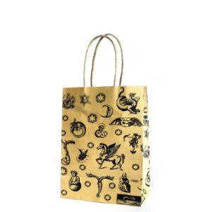 Magická darčeková taštičkaStredne veľká taška s potlačou draci, víly, jednorožci a hviezdy. Rozmery: 15x20x8cm Materiál: papier