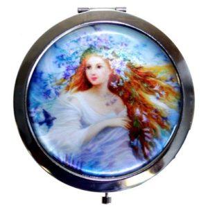 Zrkadielko do kabelky - Lesná žienka Upravte si svoj make-up a cestách s týmito krásne navrhnutými Zrkadielkami. Tieto kabelkové zrkadielka perfektne zapadnú do vrecka alebo kabelky a sú veľmi ľahké a pohodlné.
