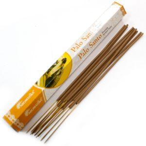 Aromatika Premium Vonné Tyčinky - Palo Santosú ručne valcované podľa tradičnej ajurvédskej receptúry v Indii. Pri výrobe sa používa iba prírodný prášok z dreva, práškové kadidlo, živice a aromatické oleje. Sú netoxické, bez chemikálií a bez sadzí.