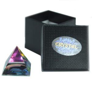 Magická pyramída 40mm Krásny energetický žiarič a dekorácia v jednom. Uchváti vás svojim čarovným vzhľadom. Dodávame v pevnej darčekovej krabičke.