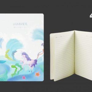 Čarovný zápisník Jednorožec - linajkovaný s mäkkým prebalom. Zápisník je šitý a to mu dodáva jedinečnosť. Veľkosť: A5 Počer listov: 30 - 60 strán