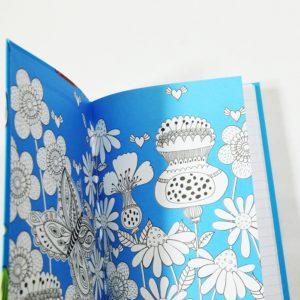Modrý kvetinový zápisník A5 linajkovaný na robenie zápiskov alebo poznámok. Veselé farebné prevedenie poteší každého pisateľa. 80 listov