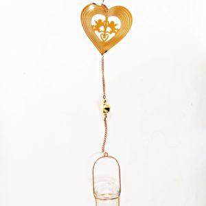 Závesný kovový svietnik Anjeli lásky Nádherný svietnik na zavesenie na čajové sviečky - Anjeli lásky so zvončekom slúži zároveň ako dekorácia.