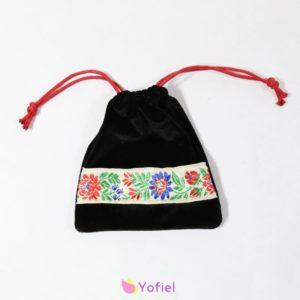 Magické folklórne vrecúško - semišové uzatvárané šnúrkami na sťahovanie. Vrecúško je vhodné na rôzne drobnosti - minerály, runy, šperky a pod.