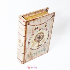 Dekoračná vintage krabička s tvare knihy očarí každého milovníka kníh a tajomna. Do knihy si možno uložiť drobnosti či použiť ju ako šperkovnicu