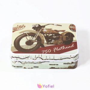 Plechová retro krabička - motocykel Rozmery: 9 x 6,5 x 2,5 cm Materiál: plech