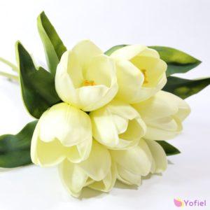 Umelá kytica tulipánov tulipánov viazaných do kytice pôsobia ako živé kvety