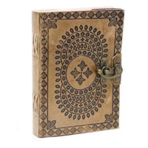 Kožený Zápisník (18x13 cm) - Mandala Ručne vyrábaný Kožený Zápisník - Mandalaje možné uzavrieť pomocou pracky. Vhodný na zápisky alebo ako diár