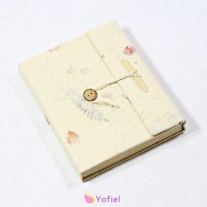 """Lokta prírodný zápisník 15x19 cm Tento zápisník je vyrobený z kôry Daphne Cannabina známej ako """"Lokta""""má schopnosť samoregenerácie po 6-8 rokoch od zrezania"""