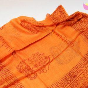 Oranžová šatka ÓM Budha 90x180 cm Etno doplnok z veľmi príjemného materiálu Materiál: 100% viskóza Rozmery: 90 x 180 cm