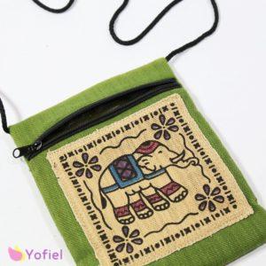 Etno taštička cez plece Slon Taštičku možno nosiť cez plece alebo na krku. Vhodná na doklady a iné drobnosti. Zapínanie na zips. Materiál: 100% bavlna