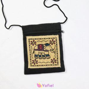 Etno taštička cez plece Slon čierna Taštičku možno nosiť cez plece alebo na krku. Vhodná na doklady a iné drobnosti. Zapínanie na zips.