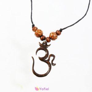 ETNO drevený prívesok ÓM je najposvätnejšia slabika v hinduizme. Symbolizuje nekonečno a vesmír. Považuje sa za prvotný zvuk a väčšina mantier