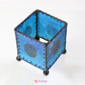 Modrý svietnik Keltský uzol Vhodný na čajové alebo okrúhle sviečky. Svietnik je vyrobený z byvolej kože.