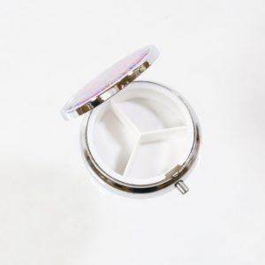Etno Boho puzdro na lieky kovové Puzdro na lieky s troma priehradkami vhodné na cestovanie. Nádherný dizajn