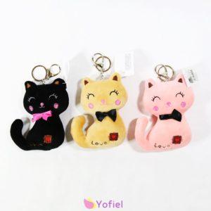 Plyšové mačiatko s kľúčenkou Milá plyšová mačka s možnosťou použitia ako prívesok na kľúče, tašku či kabelku v 3 rôznych farbách.