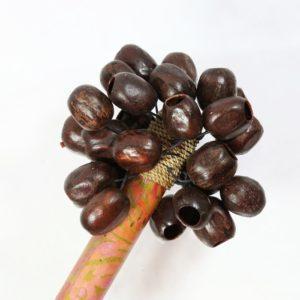 Šamanská hrkálka - chrastítko je tradičný šamanský nástroj. Narozdiel od bubna má väčšinou špecifickejšiu ceremoniálnu funkciu. Používa sa napríklad pri úvodnom rituáli pred cestou. Očistíte ňou priestory a osoby. Môžete ju používať pri tanci.