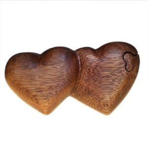 Magická drevená krabička SrdciaNádherná šperkovnica v tvare srdca. Vhodná na menšie šperky alebo na svadobné obrúčky. Krabička sa skladá zo 4 častí
