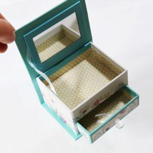 Šperkovnica Páv Šperkovnica menších rozmerov obsahuje priehradku na šperky, zrkadielko a šuflík. Vyrobená je z tvrdého a pekného kartónu.