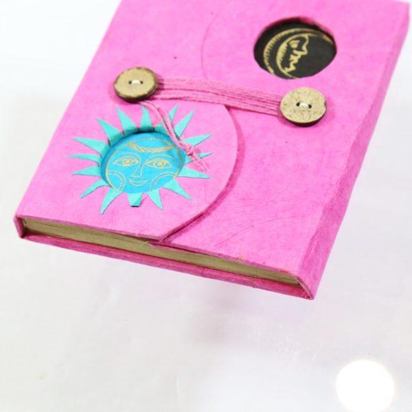 """Lokta prírodný nepálsky zápisník - ružový Tento zápisník je vyrobený z kôry Daphne Cannabina známej ako """"Lokta"""". Zbiera sa vo nadmorskej výškej 2000-3000 m."""