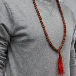 Rudraksha Mala hnedá so strapcom je ruženec obsahujúci 108 korálok zakončených mohutným strapcom s dĺžkou 9 cm. Používa sa na udržiavanie počtu...