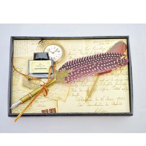 Vintage sada na písanie - brko a kalamár Výnimočná darčeková sada pre každého milovníka písania. Sada obsahuje brko a kalamár v darčekovej krabičke.