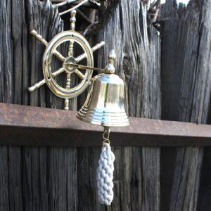 Mosadzný zvon Kormidlo vyrobené z masívnej mosadze s lanom. Tieto zvony sú odliate z pevnej mosadze pre hlbší a tradičný zvuk.