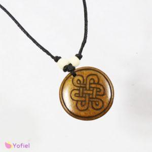 Kostený náhrdelník Keltský uzol okrúhly Náhrdelník zdobený korálkami. Nastaviteľná dĺžka šnúrky. Materiál: kostený prívesok, voskovaná šnúrka
