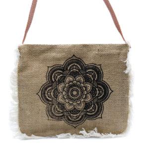 Jutová kabelka Mandala je vyrobená z juty s vyšívaným vzorom mandaly, zdobená Strapcami.Kvalitné PVC koženkové remienko. Kvalitná potlač