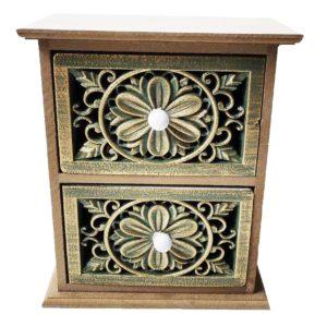Malá drevená skrinka so šuflíkmi Patinovaná skrinka v provensálskom štýle s 2 vyrezávanými šuflíkmi.