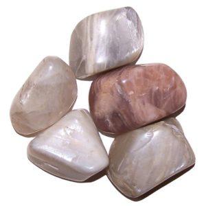 Mesačný kameň tromlovaný je kameňom nových začiatkov. Ako napovedá jeho meno, je silno spojený s Mesiacom a intuíciou.Je nabitý ženskou energiou