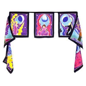 Dekoračné vlajky Mesačná bohyňa Ohromujúce a krásne umenie vytvorené najprv kreslením dizajnu horúcim voskom priamo na textil,