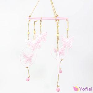 Kovová závesná dekorácia Motýle - ružová v tvare kruhu, z ktorého sú zavesené dekoračné motýle Materiál: kov