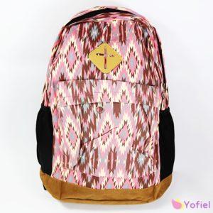 Vzorovaný vintage batoh ružový zapínaný na zips, do ktoré sa zmestí aj formát A4. Hlavné vrecko, menšie vrecko na prednej strane