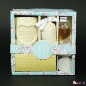 Darčeková vonná sada Dream Sada obsahuje aromalampu, 2 sviečky, vonný olej a aroma vrecúško. Balené v papierovej krabičke