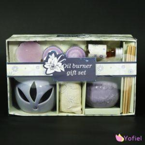 Darčeková vonná sda fialová Sada obsahuje aromalampu, 2 sviečky, vonný olej a aroma vrecúško, vonný vosk, nádobku a vonné paličky